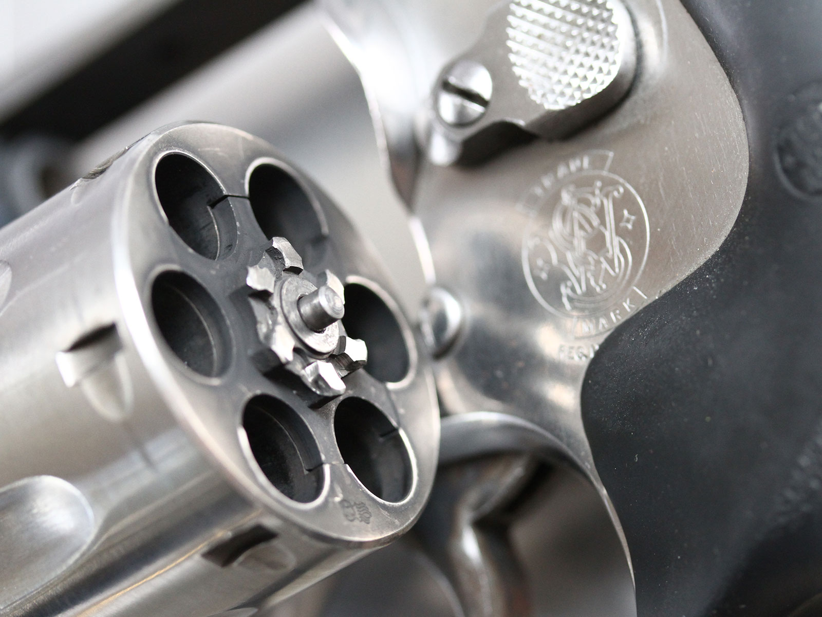 SH_Web_Wir_Waffen_Smith-Wesson-Revolver-2_1800x1200